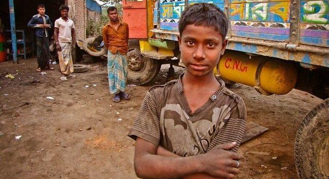 Trabajadores de un taller de camiones en Dhaka