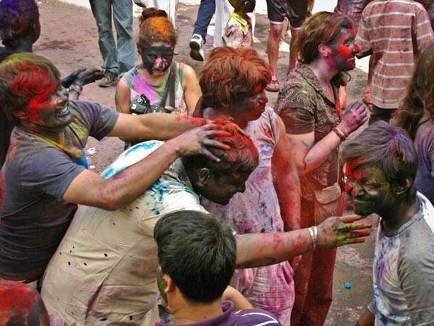 Embadurnando-de-colores-durante-la-fiesta-de-Holi-en-Calcuta,-India-II