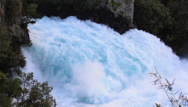 La potencia del agua en las Hukka Falls cerca de Taupo, en la isla Norte.