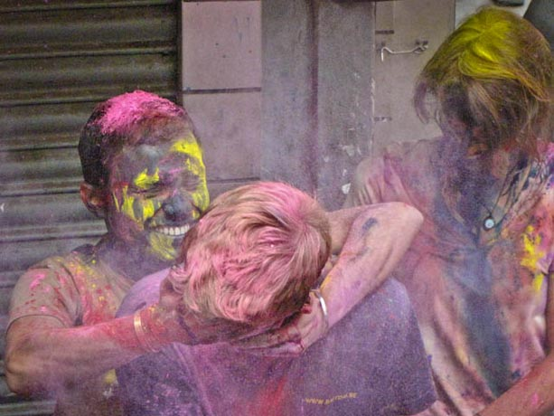 Un-extranjero-recibe-su-dosis-de-color-en-las-fiestas-de-Holi-en-Calcuta,-India-VII
