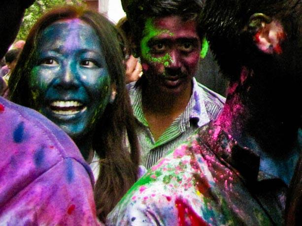 Una-turista-participa-en-las-fiestas-de-Holi-en-Calcuta,-India-X
