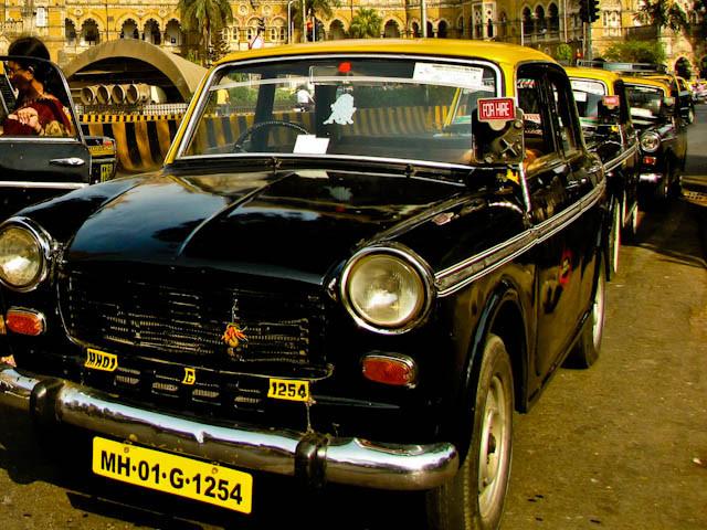 Fila de taxis en Mumbai