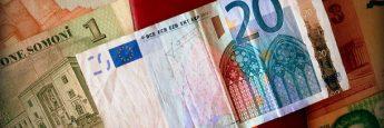 Billetes de Tajikistán y un billete de veinte euros