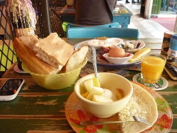 Pedazo de desayuno en el Hotel Bazar. Empezando la mañanita con fuerza.