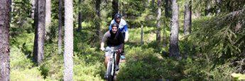 Dándolo todo sobre la bici en Brattforsheden ©IsraelUbeda/Visitsweden