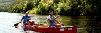 Israel y yo probando la canoa en el río Klara, en Värmland, Suecia.