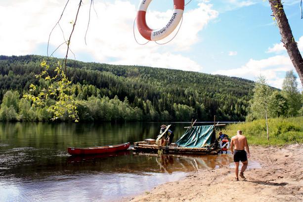 Pena, penita, pena...Desmontando la balsa que tanto nos costó crear y tantas alegrías nos dio. ©IsraelUbeda/Visitsweden