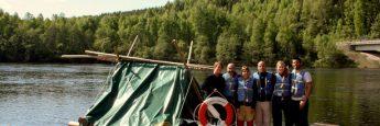 Equipazo al completo en el punto de inicio de nuestra aventura en balsa por el río Klära.