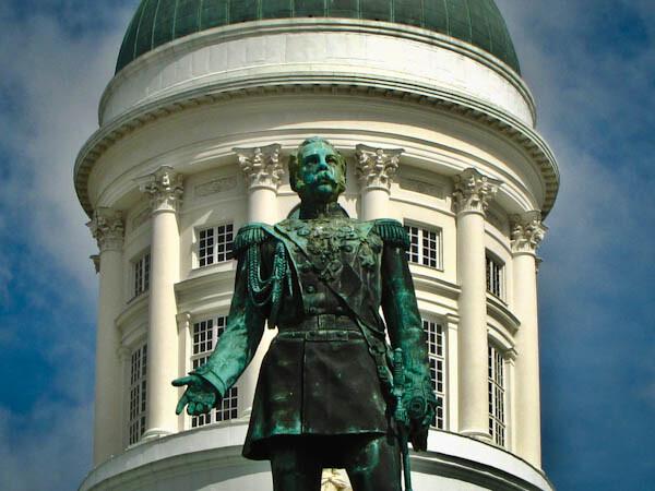 Estatuta de Alejandro II y Tuomiokirkko en Helsinki, Finlandia