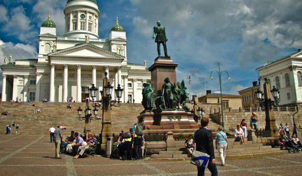 Tuomiokirkko en Plaza Senaatintori y estatua de Alejandro II