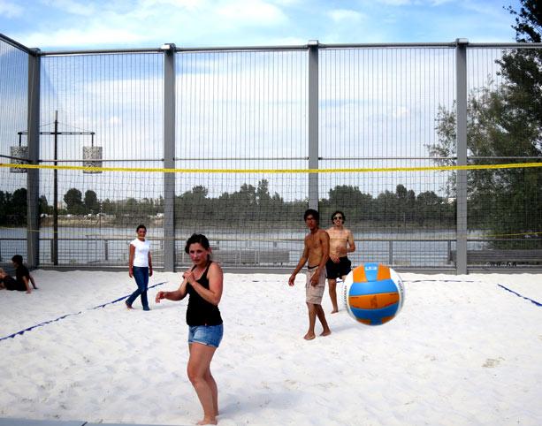 Jugando a volley playa en la misma Burdeos