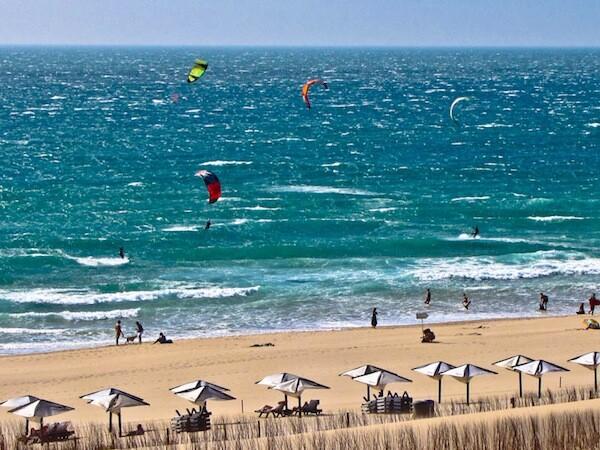 Kitesurfing en la Playa de Guincho en Estoril