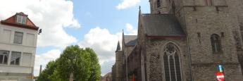 Mercadillo de baratijas y cosas de segunda mano en Amberes, al lado de una iglesia con cientos de años de historia.
