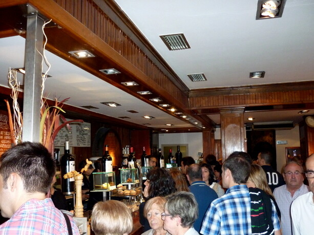 Vitoria te ofrece una amplia variedad de pintxos. Este es el ambiente de Sagartoki en sábado noche.