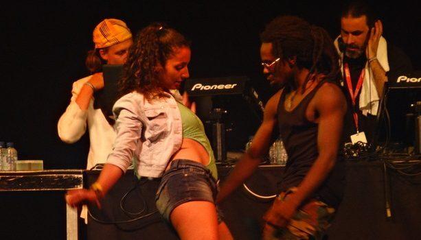 Impresionante cómo bailaban estos dos al ritmo del DJ