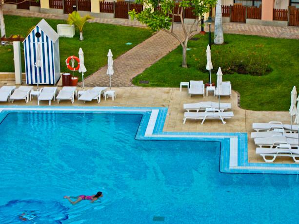 Relax en la piscina del Iberostar Anthelia en Tenerife, Islas Canarias