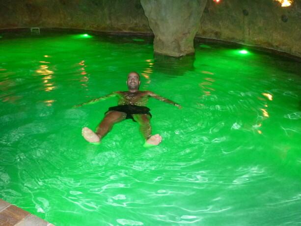 """Disfrutando del """"efecto Mar Muerto"""" en la piscina de flotación"""