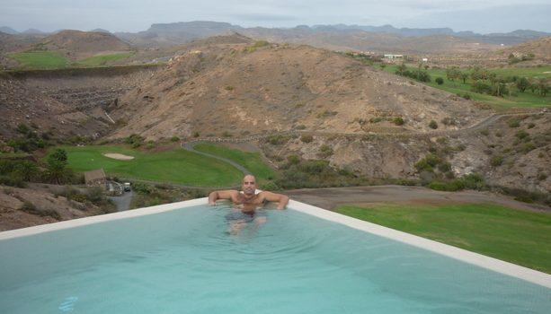 Desde la piscina del Aloe Spa del Sheraton Salobre Golf se pueden ver los campos de golf, la montaña y la costa