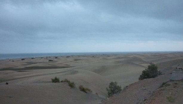 Una parte de las dunas de Maspalomas bajo un cielo amenazador