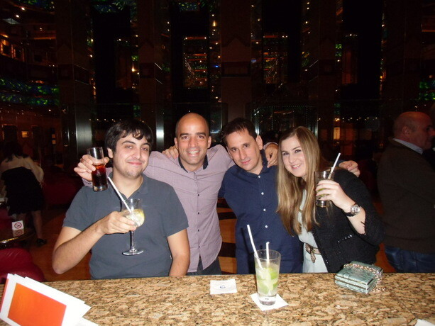 Con Cris y los blogueros Sele y Kailos tomando una copita en el bar