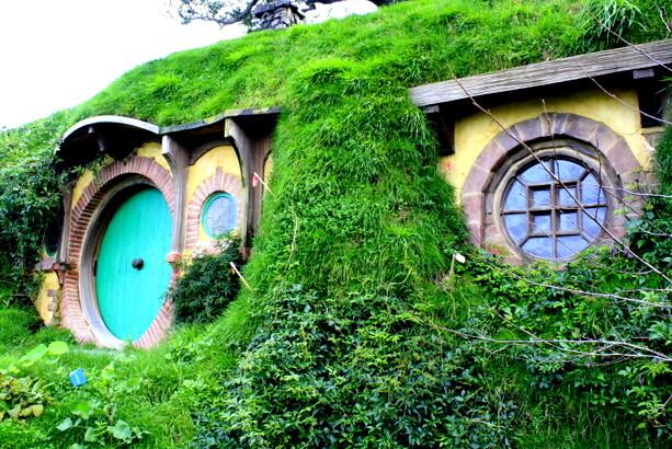 Primer plano de la casa donde Gandalf dejará la muesca en la puerta con su vara para que la encuentre Thorin