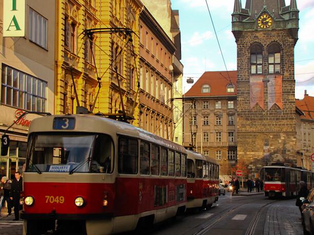 Tranvía y calle en Praga