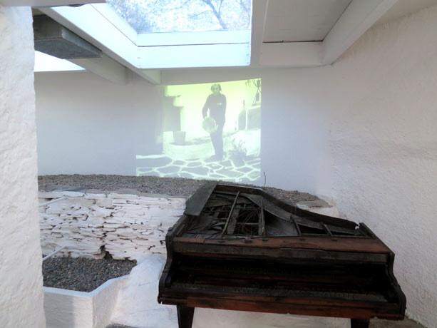 Sala en el exterior con un audiovisual del autor