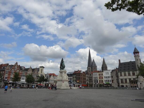 La plaza de Vrijdagmarkt está llena de restaurantes y bares cuyas terrazas cobran vida por la noche