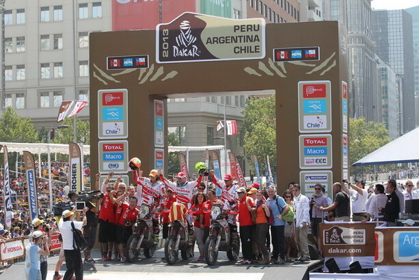 Los integrantes del equipo Gas Gas en el podio de llegada en Santiago de Chile. ¡Prueba superada!