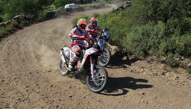 Laia Sanz y Miguel Puertas en un momento del Rally Dakar