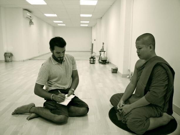 Marc entrevistando a un monje en Barcelona.
