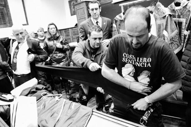 Preparaciones de los costaleros de la Hermandad de Estudiantes de Oviedo