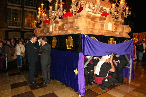 Descanso en la procesión de la Hermandad de Estudiantes Oviedo