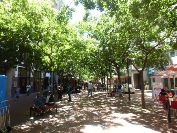 La calle de St George´s Mall con sus agradables árboles dando sombra