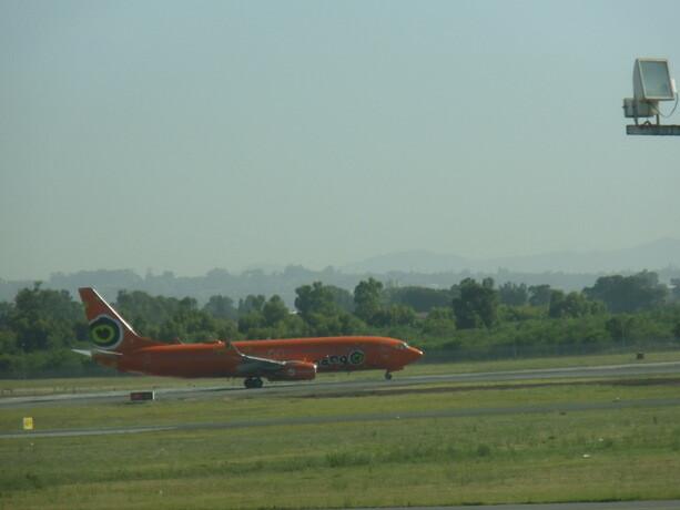 Nada más llegar me llamaron la atención los llamativos aviones de la low cost africana: Mango.