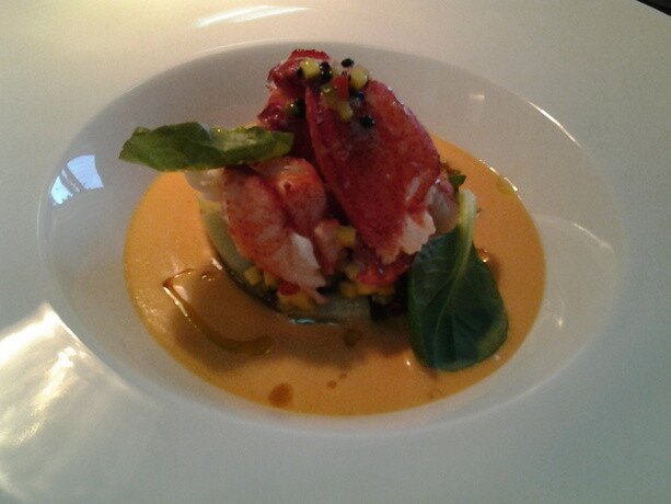 Bogavante sobre salpicón de ensalada y agua de tomate con albahaca