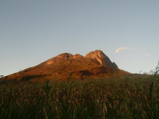 Los primeros rayos de Sol ahuyentan del Monte Namuli a los espíritus malignos