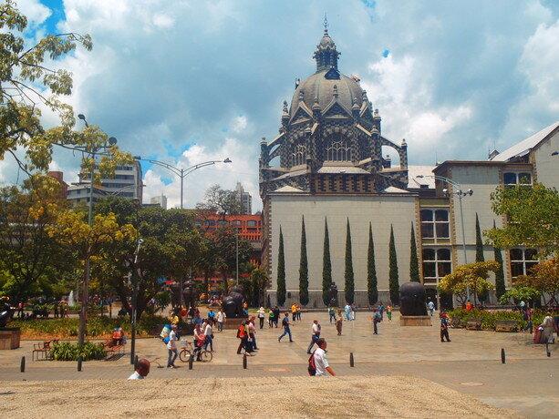 La plaza Botero de Medellín. Sus mujeres rechonchas os esperan