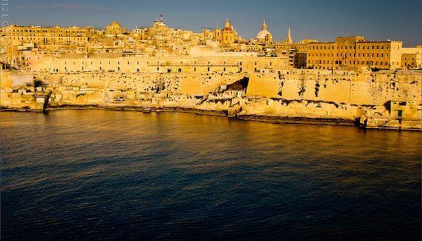 Se pone el sol sobre Valletta en Malta