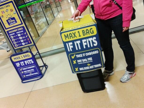 Caja de Ryanair para medir el equipaje de mano