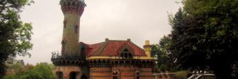 Vista desde enfrente de la puerta principal de El Capricho de Gaudí