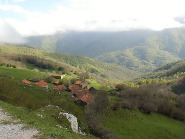 Las casas de piedra, antiguas, en que se solía cobijar al ganado de las frías noches
