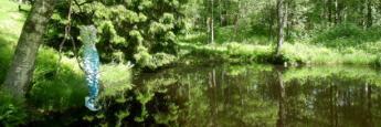 Arte y naturaleza en Gunillaberg. Vestido de sirena sobre el estanque