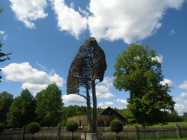 Ese árbol que parece un corazón invertido es obra de Tage Andersen