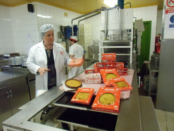 Mari Ángeles nos enseñó la pequeña fábrica donde elaboran artesanalmente sobaos y quesadas
