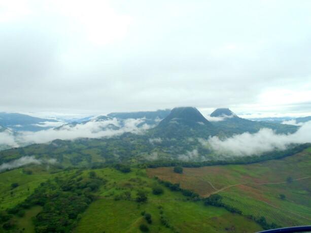 Gravitando por encima de las montañas y verdes valles de Antioquía