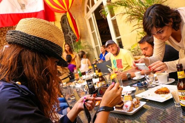 Blogueros fotografiando comida
