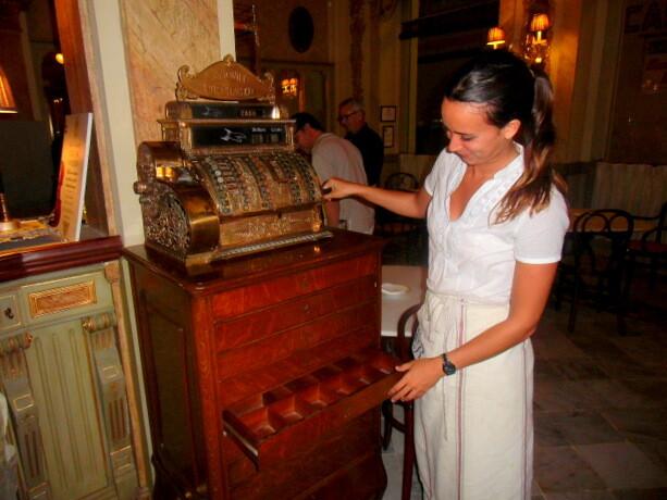 María mostrándonos la caja registradora comprada en Nueva York