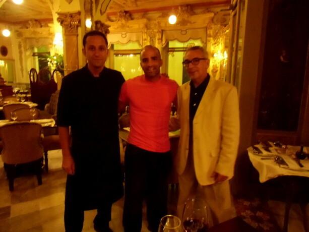 Con cocinero y maitre. Las estrellas del Restaurante Cafe Royalty: Paco González y Jose Francisco Chulián