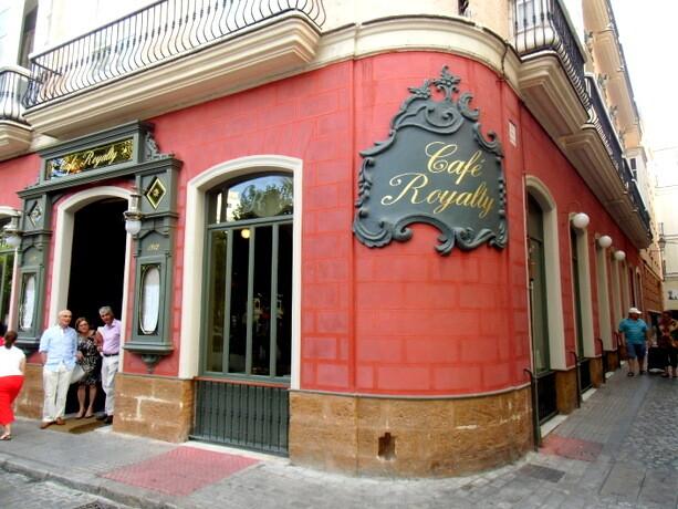 La portada del Restaurante Café Royalty en la Plaza de la Candelaria de Cádiz